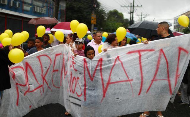 »Nehajte nas moriti« je bil osrednji slogan nedeljskega zborovanja v Riu de Janeiru. FOTO: Pilar Olivares/Reuters