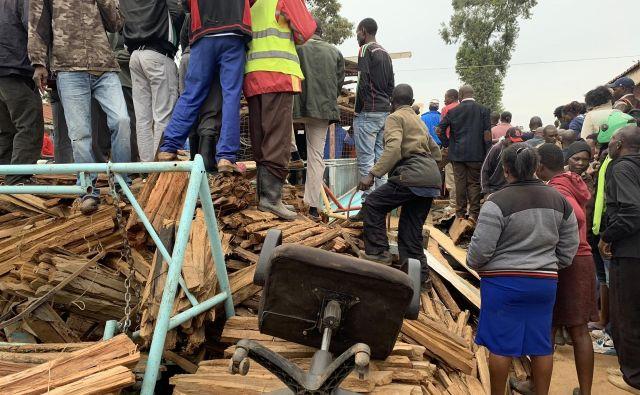 Porušena lesena konstrukcija šole v Keniji. FOTO: Robert Alai / Twitter