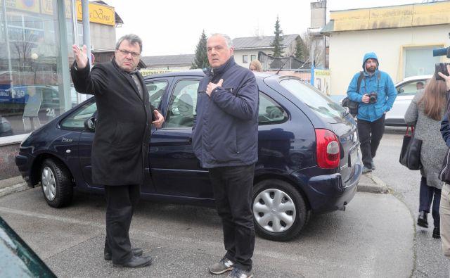 Sodnik Zvjezdan Radonjić (levo) in Milko Novič (desno) ob rekonstrukciji domnevne poti obtoženega v času umora. FOTO: Marko Feist