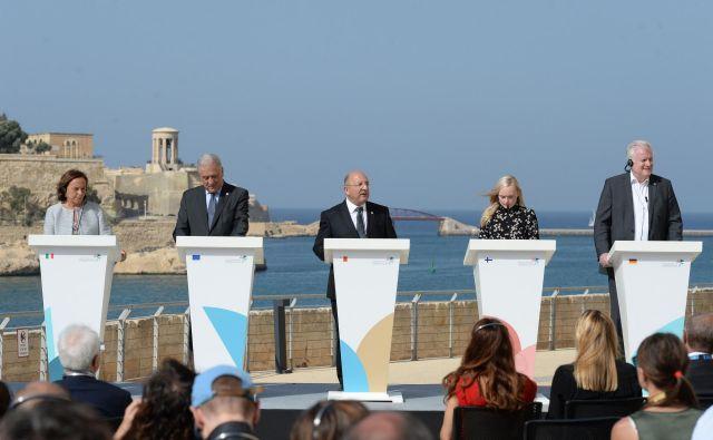 Reševanje azilnih vprašanj je bilo v zadnjih letih v slepi ulici. Srečanje na Malti napoveduje boljše čase. (z leve proti desni) italijanska notranja minitrica Luciana Lamorgese, evropski komisar za migracije Dimitris Avramopoulos, malteški notranji minister Michael Farrugia, finska notranja ministrica Maria Ohisalo in nemški notranji minister Horst Seehofer. FOTO: Matthew Mirabelli/AFP