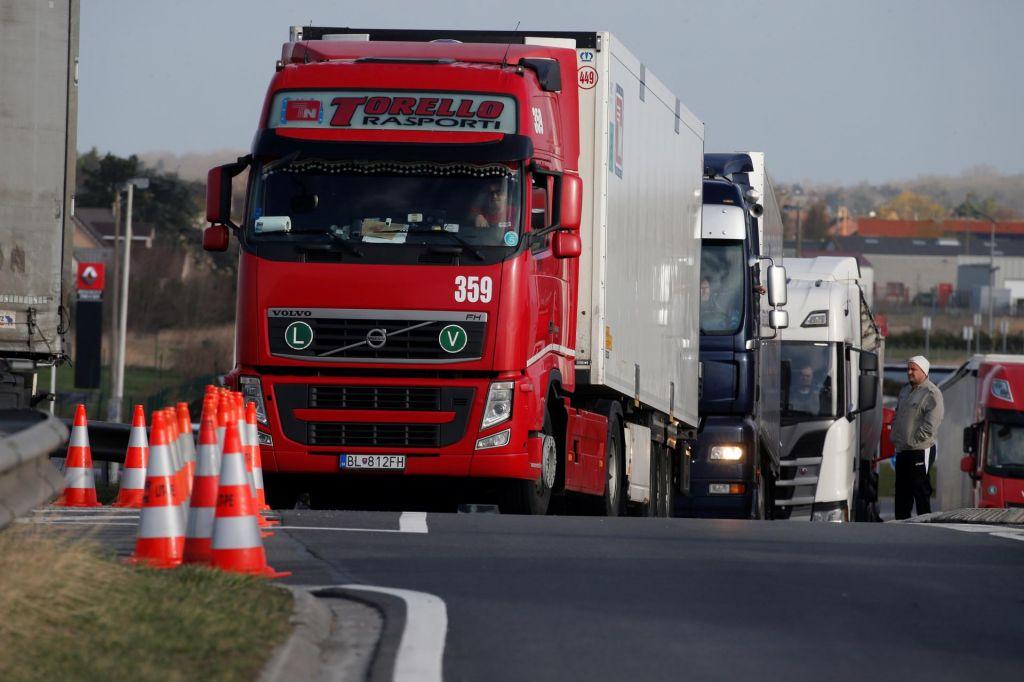 Zaradi neprilagojene hitrosti povzročil trčenje štirih tovornih vozil