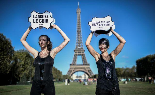 Aktivistke skupine za pravice živali Ljudje za etično ravnanje z živalmi (PETA) protestirajo proti uporabi usnja pred Eiffelovim stolpom v Parizu. FOTO: Stephane De Sakutin/AFP