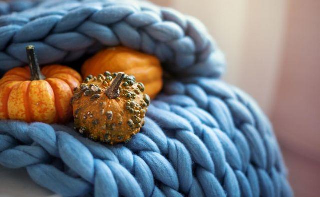 Jesenski večeri so hladni, zato je čas za različne pletenine. Namesto bombažnih pokrival za kavče poiščite pletene odeje. Če znate plesti, pa lahko nova oblačila naredite tudi okrasnim blazinam. Foto: Shutterstock