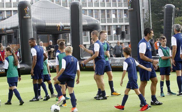 Dopoldan so glavne nogometne vloge pripadle mladim, popoldan pa vodilnim možem najmočnejše športne organizacije na svetu. FOTO: Mavric Pivk/Delo