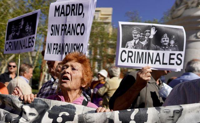 Protestniki so pred madridskim vrhovnim sodiščem vzklikali protifrankistične slogane. Foto: Reuters