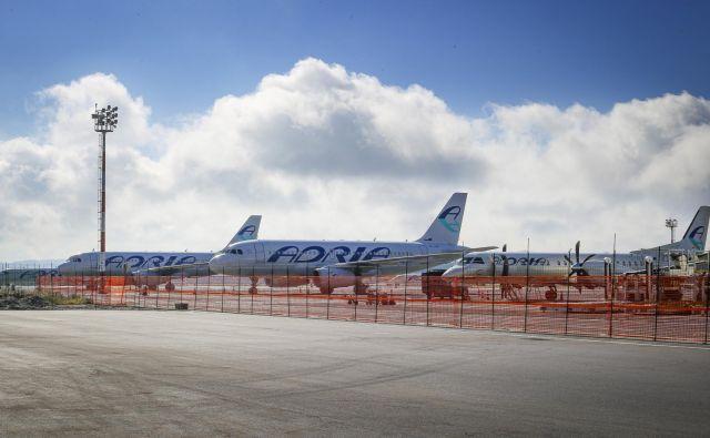 Letala Adrie Airways so včeraj in danes večinoma na tleh, napovedali so le let iz Frankufrta v Ljubljano in danes nazaj v Frankfurt. Menda so letele posadke z letali, ki jih Adria posoja drugim letalskim družbam. FOTO: Jože Suhadolnik