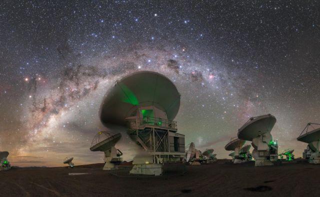 Na 5000 metrov visoki planoti Chajnantor na severu Atakame stoji največji observatorij na svetu ALMA (Atacama Large Milimeter Array). Sestavlja ga 66 teleskopov s premerom 12 metrov, s katerimi astronomi lahko opazujejo orjaške meglice, ki se oblikujejo v zvezde, ter galaksije na samem robu vidnega vesolja. Foto ESO