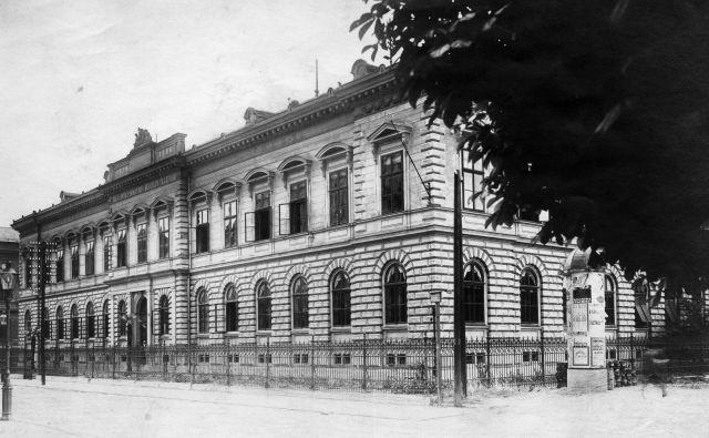 Palača Kranjske hranilnice je veljala za eno najlepših v popotresni Ljubljani. Pozneje je postala sedež CK ZKS, danes pa gre za severno krilo slovenskega parlamenta. Fotografijo hrani Muzej novejše zgodovine Slovenije