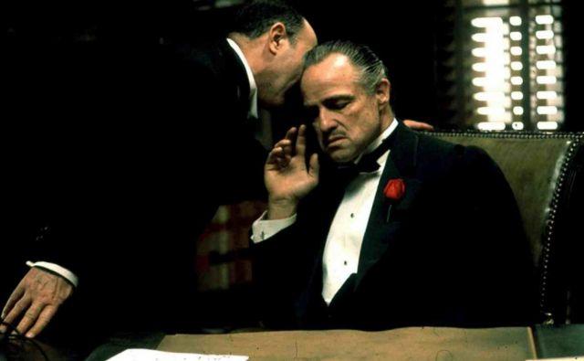 Družina Corleone deluje kot država v državi, na katero se obrnejo revni, zatirani Italijani, ki jim ameriško sodstvo ne more oziroma noče pomagati. FOTO: Promocijsko gradivo