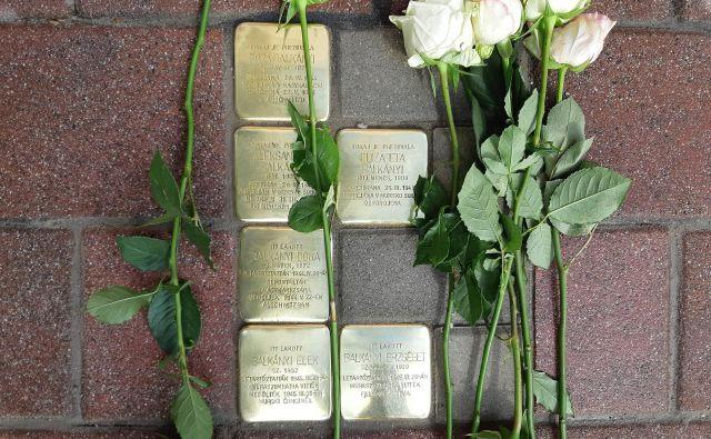 Tlakovci v Lendavi, položeni v spomin na tiskarsko družino Balkány. FOTO: Ali Žerdin