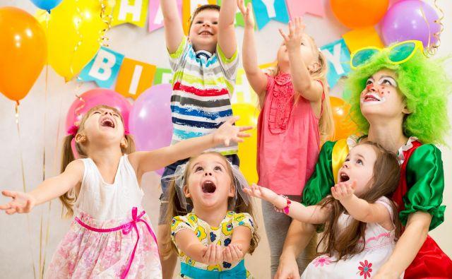 Praznovanje otroškega rojstnega dneva je danes pogosto običajno vodena delavnica, ki tako ali drugače nadaljuje pedagogiko, s katero je že sicer otroški vsakdan zapolnjen od jutra do večera. Foto Shutterstock