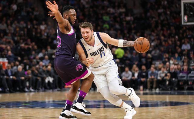 Luka Dončić bo še vsaj dve sezoni navduševal privržence Dallasa. FOTO Reuters