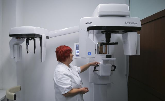 Novi zobni rentgen 3D bo olajšal diagnostiko in operacije zobozdravnikom na ljubljanski stomatološki kliniki.FOTO: Jože Suhadolnik/Delo
