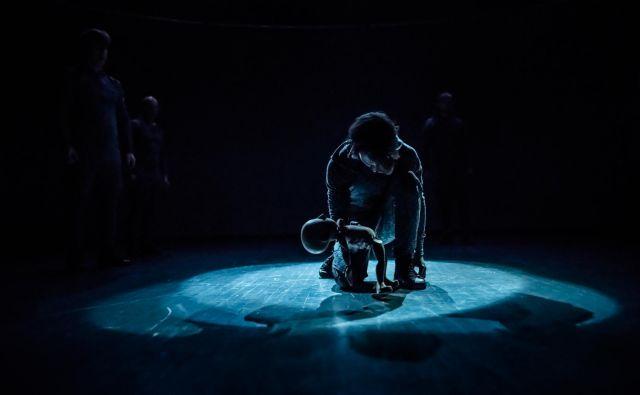 Ena najodmevnejših predstav pretekle sezone v LGL je bil lutkovni balet na glasbo Igorja Stravinskega <em>Posvetitev pomladi</em> režiserja in koreografa Matjaža Fariča. FOTO: Jaka Varmuž