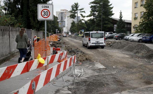 Izvajalec del mora med prenovo poskrbeti, da lahko pešci in kolesarji varno prečkajo gradbišče.FOTO: Blaž Samec/Delo