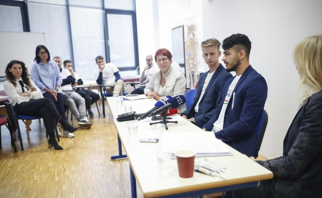 Fernando Insoila (prvi z desne) in njegovi kolegi v Iniciativi 300 Italia nameravajo vztrajati, da bodo lahko opravljali poklic, za katerega so se izobraževali.