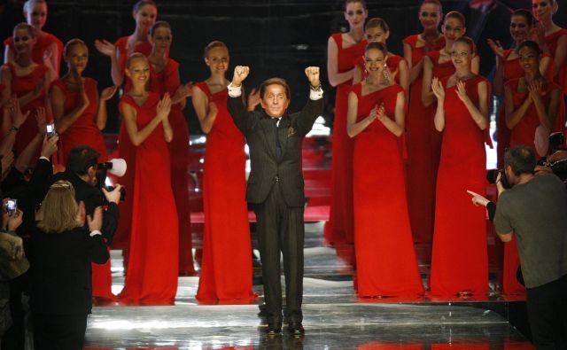 Valentino Garavani, ki se je v zgodovino mode zapisal predvsem z večernimi oblekami in rdečo barvo, je z modne brvi uradno sestopil z revijo januarja 2008 v Parizu.
