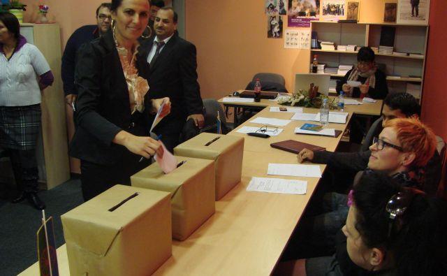 Člani Sveta romske skupnosti so leta 2012 za poklicno sekretarko izvolili Natašo Horvat (na fotografiji). FOTO: Bojan Rajšek/Delo