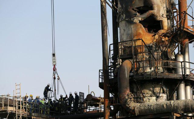 Naftna družba Saudi Aramco hiti odpravljati škodo, ki so jo povzročili napadi z droni. Foto Reuters