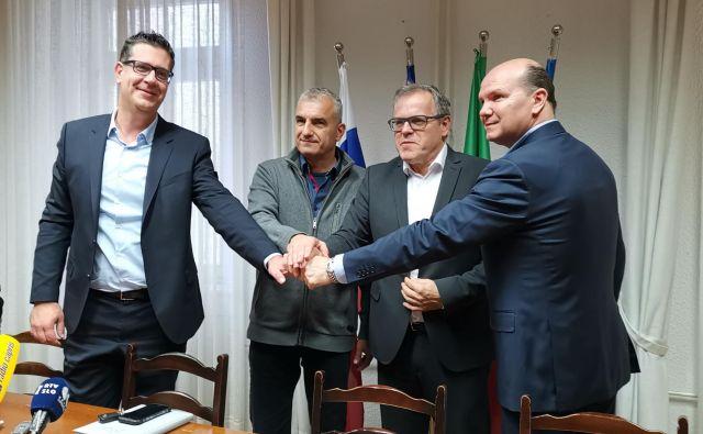 Koprski župan Aleš Bržan v družbi drugih istrskih županov. Kot je dejal, ga bolj kot dogajanje v koprski politiki ta hip skrbi zagotovitev stabilnega vodnega vira za slovensko Istro. Foto Jože Suhadolnik