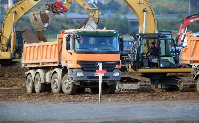 Gradbinci za prihodnje leto pričakujejo delo na velikih infastrukturnih projektih, kot so tretja razvojna os, drugi tir in predor Karavanke. FOTO: Tadej Regent/Delo