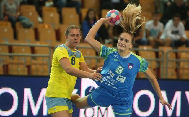 Nina Žabjek je na tekmi proti rokometašicam Kosova v Mariboru prispevala pet golov. FOTO: Tadej Regent/Delo