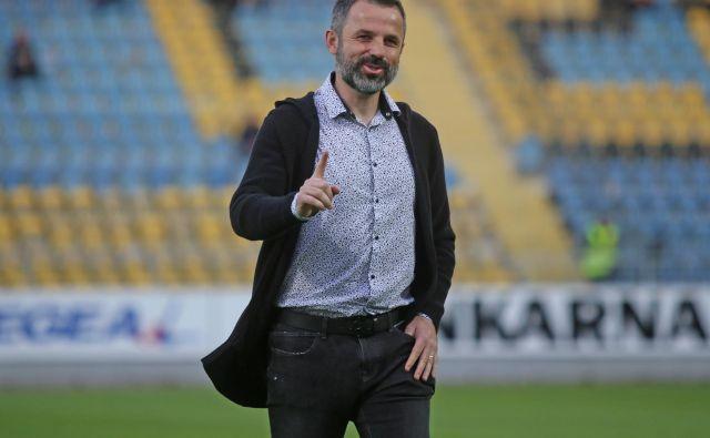 Duš�an Kosič, trener celjskih nogometašev, je po zmagi proti Sežančanom z nasmehom zapuščal prizorišče tekme. FOTO: Tadej Regent/Delo