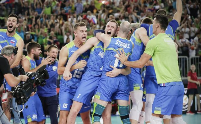 Takole so si v objem planili odbojkarji, ko so dojeli, da so Poljaki poslali žogo v mrežo, kar je Slovencem odprlo vrata v finale. FOTO: Uroš Hočevar/Delo
