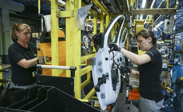 Krizni skrajšani delovni čas v Nemčiji lahko uvedejo vsa podjetja, ki izpolnijo določene pogoje. Na primer ob padcu naročil. Foto Jože Suhadolnik