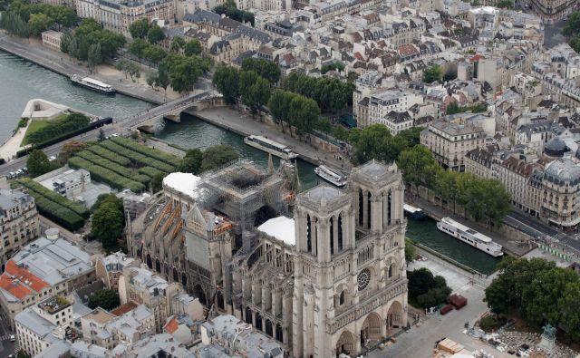 »Simbolika notredamske katedrale je močna,« pravi generalni vikar pariške nadškofije Benoist de Sinety, saj pripoveduje o Franciji, posebno o njeni moderni zgodovini, in tako tudi o Evropi. Foto: Reuters