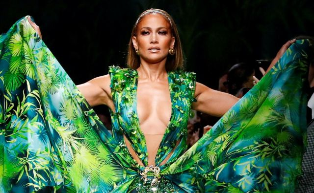 Jennifer Lopez presents a creation from the Versace Spring/Summer 2020 collection during fashion week in Milan, Italy September 20, 2019. REUTERS/Alessandro Garofalo TPX IMAGES OF THE DAY Foto Alessandro Garofalo Reuters
