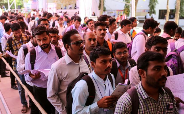 FILE PHOTO: Job seekers line up for interviews at a job fair in Chinchwad, India, February 7, 2019. Picture taken February 7, 2019. REUTERS/Danish Siddiqui/File Photo Foto Danish Siddiqui Reuters