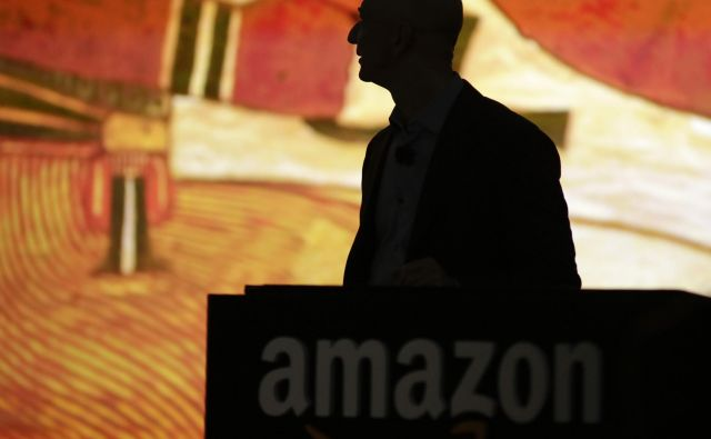 """Amazon CEO Jeff Bezos is silhouetted during a presentation of his company's new Fire smartphone at a news conference in Seattle, Washington June 18, 2014. Bezos unveiled a """"Fire""""smartphone on Wednesday equipped with a 3D-capable screen and the ability to recognize objects, music and TV shows, hoping to stand out in a crowded field dominated by Apple Inc and Samsung Electronics. REUTERS/Jason Redmond (UNITED STATES - Tags: SCIENCE TECHNOLOGY BUSINESS TELECOMS) - GM1EA6J0BFZ02 Foto Jason Redmond Reuters"""