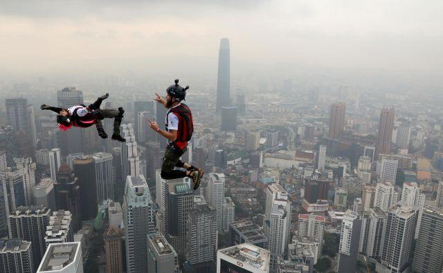BASE skakalci skačejo iz stolpnice Kuala Lumpur na mednarodnem ekshibicijskem dogodku International Jump Malaysia 2019. FOTO: Lim Huey Teng/REUTERS
