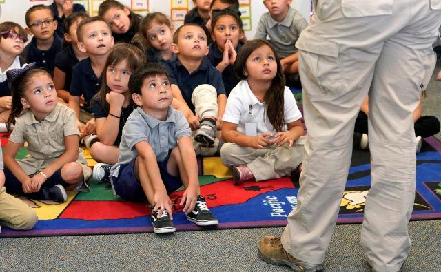 Se mora celotna skupina pustiti maltretirati eni mali tečnobi, dokler se učiteljica ne pogovori z njim, da ne sme gristi sošolcev in punčk vleči za lase? FOTO: Rick Wilking/Reuters