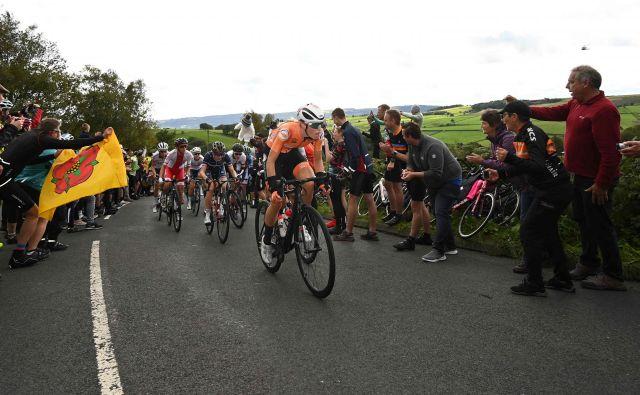 Tudi dekleta so imela v Yorkshiru ves čas ob progi veliko podporo navijačev. FOTO: AFP