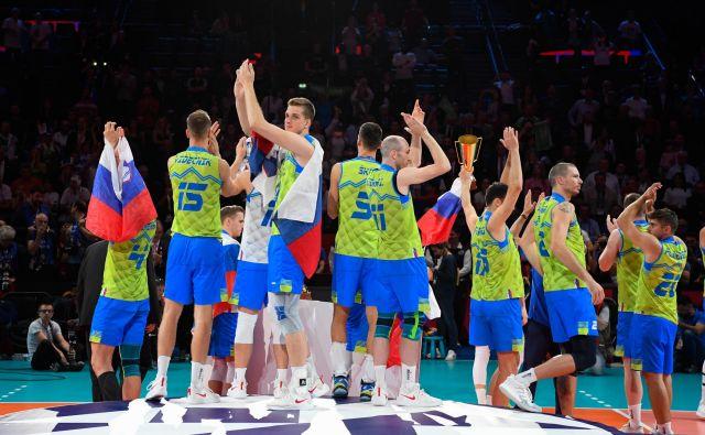 Slovenski odbojkarji so se po zadnjem dejanju evropskega prvenstva zahvalili navijačem. Približno 4000 Slovencev je prišlo tudi v Pariz. FOTO: CEV