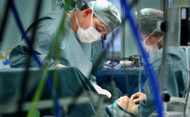 Operacija na Onkološki kliniki v Ljubljani. Slika je simbolična. FOTO: Jure Ežen/Delo