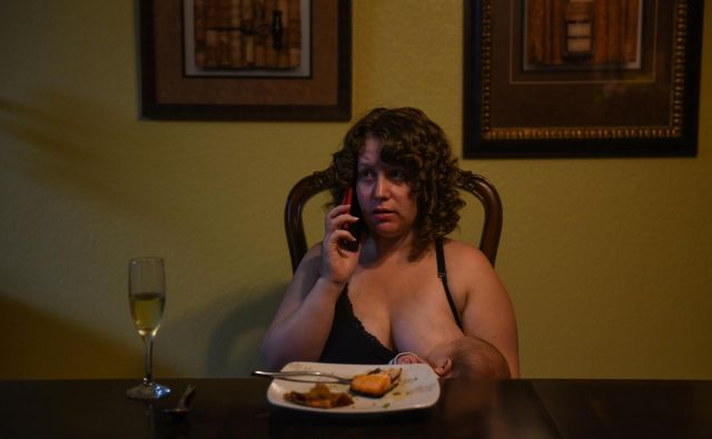 """Lauren Hoffmann, 29, a college program manager, talks on the phone while nursing her son Micah at the dinner table in San Antonio, Texas, U.S., February 6, 2019. Hoffmann only had five and a half weeks of accrued paid time off from her job. """"You're worried about this tiny little new life, you love it so fiercely,"""" she said. """"Having more time to feel like you're getting good at this... I think that could only be a good thing."""" REUTERS/Callaghan O'Hare SEARCH """"O'HARE PARENTAL"""" FOR THIS STORY. SEARCH """"WIDER IMAGE"""" FOR ALL STORIES. TPX IMAGES OF THE DAY. Foto Callaghan O'hare Reuters"""