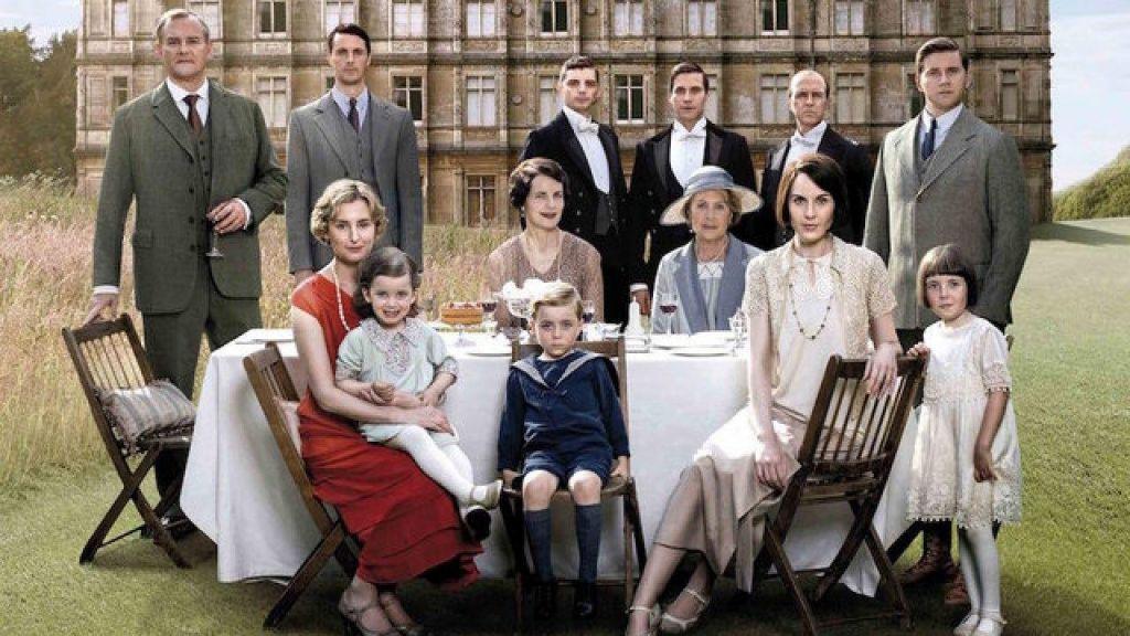 Prigode družine Crawley leto pozneje