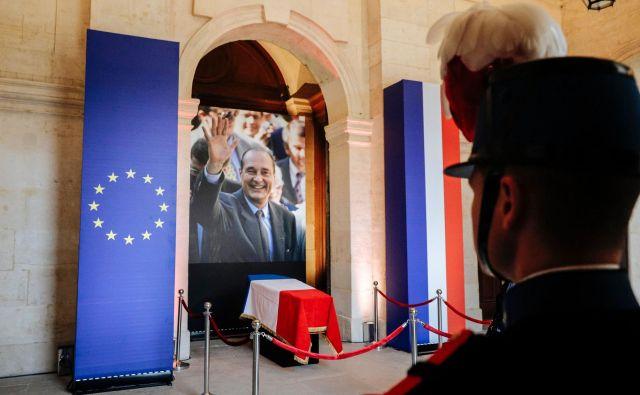 Današnje slovo od Jacquesa Chiraca v vojaški bolnišnici <em>Hotel des Invalides. FOTO:</em> Kamil Zihnioglu/AFP