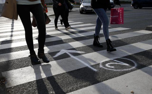 Letos je na cestah umrlo 11 peščcev, od tega devet zvečer oziroma ob temnejšem delu dneva. FOTO: Blaž Samec/Delo