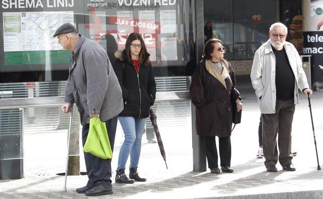 V skupnosti socialnih zavodov opozarjajo, da imamo v Sloveniji eno najvišjih stopenj zaposlenosti žensk, kar pomeni, da bo precej manj družin lahko skrbelo za ostarele. Foto Mavric Pivk