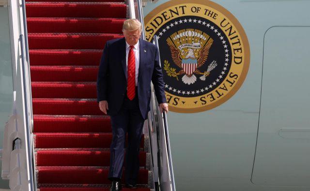 Ameriški predsednik Donald Trump bi po mnenju njegovega odvetnika kršil ustavo, če ukrajinskega predsednika Volodimirja Zelenskega ne bi prosil za preiskavo delovanja demokratskega podpredsednika Joeja Bidna in njegovega sina v tej državi. Foto Reuters