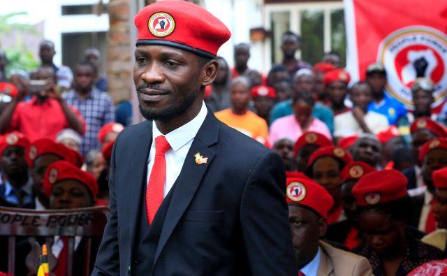 Rdeča baretka je zaščitni znak opozicijskega politika Bobija Wina. FOTO: James Akena/Reuters