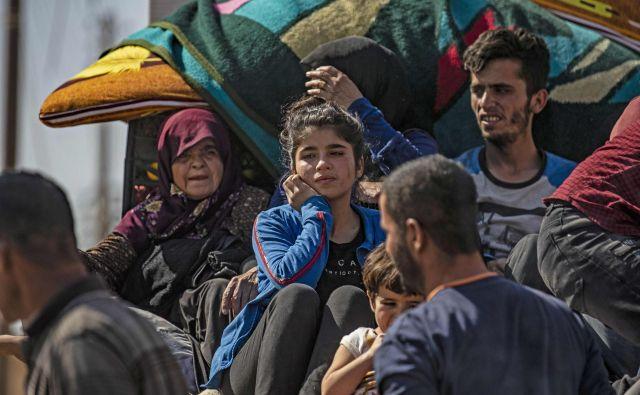 Kurdski begunci po turški invaziji na obmejno območje Foto Delil Souleiman AFP