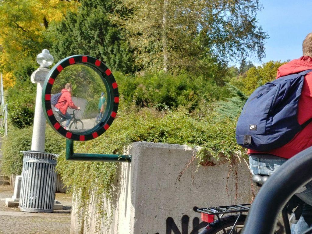 Ogledala v podhodu na poti v Tivoli