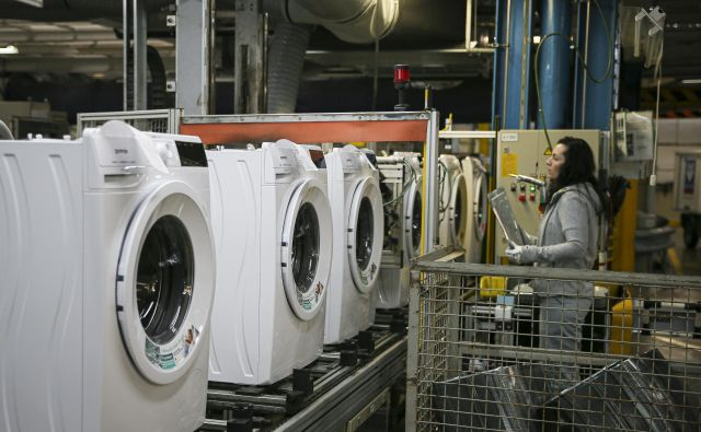 Gospodinjske aparate bo veliko ceneje popraviti kot kupiti nove. FOTO: Jože Suhadolnik/Delo