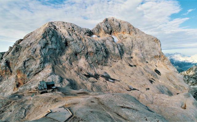 Posnetek Triglavskega ledenika iznad Kredarice z brezpilotnim letalnikom. FOTO: Rok Ciglič, Arhiv Giam ZRC SAZU