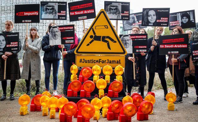 Predstavniki Novinarjev brez meja so včeraj v Berlinu protestirali pred savdskim veleposlaništvom. FOTO: Reuters